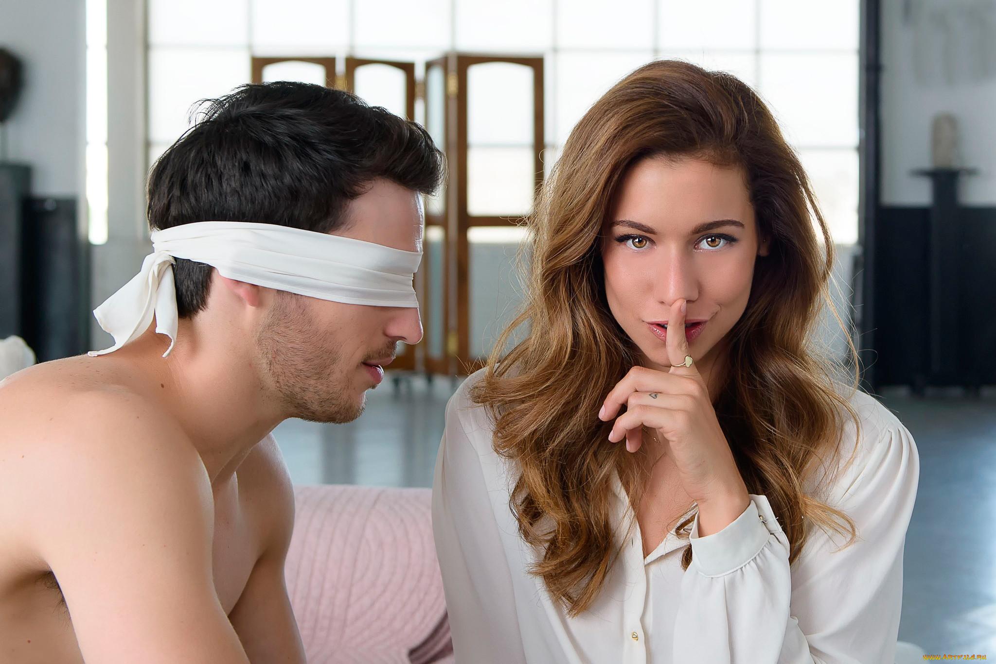 Мужчина и две женщины завязанные глаза фото